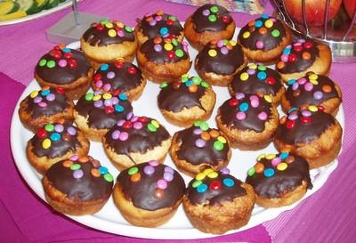 muffins mit smarties rezept rezepte auf. Black Bedroom Furniture Sets. Home Design Ideas