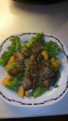 Glasiertes Hühnerfilet mit Sesam auf Salat Rezept
