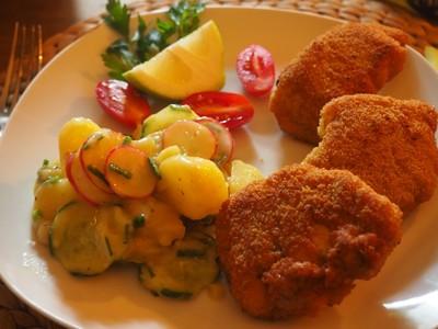 Backhendelbrust mit Kartoffel-Gurken-Radieschen-Salat Rezept