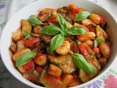 Paprika Gnocchi Salat mit Basilikum Rezept