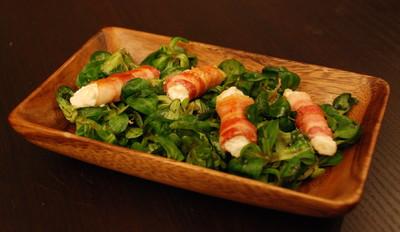 Blattsalat mit Feta-Speck-Röllchen Rezept