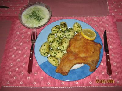 Schweinskotelett gebacken mit Petersilerdäpfeln & Rahm Gurkensalat Rezept