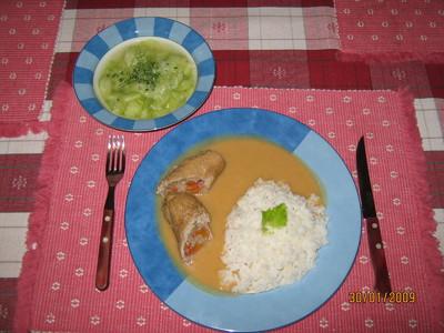 Schweinsrouladen mit Wurzel-Rahmsauce, Reis & Gurkensalat Rezept