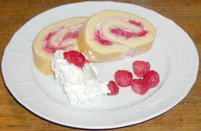 Bisquitroulade mit Joghurt-Himbeerfülle Rezept