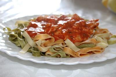 Bunte Bandnudeln mit Tomaten-Poulet-Sauce Rezept