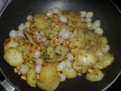 Schalottengröstl mit Erdnüssen und Erdäpfeln Rezept