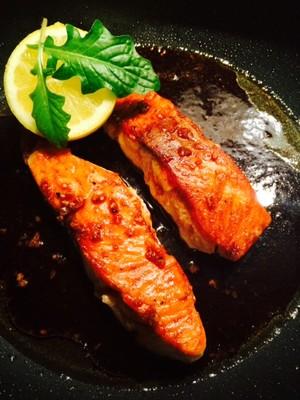 Glasierter Lachs mit Honig und Sojasauce Rezept