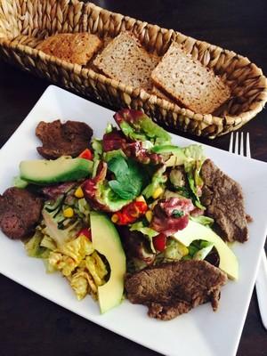 Salatteller mit Rinderfetzen Rezept