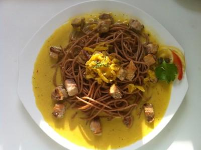 Safransauce mit Lachs und Spagetti Rezept