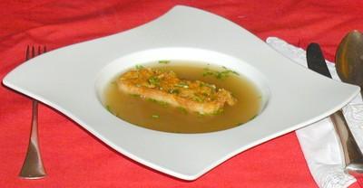 Klare Suppe mit Käsepofesen Rezept